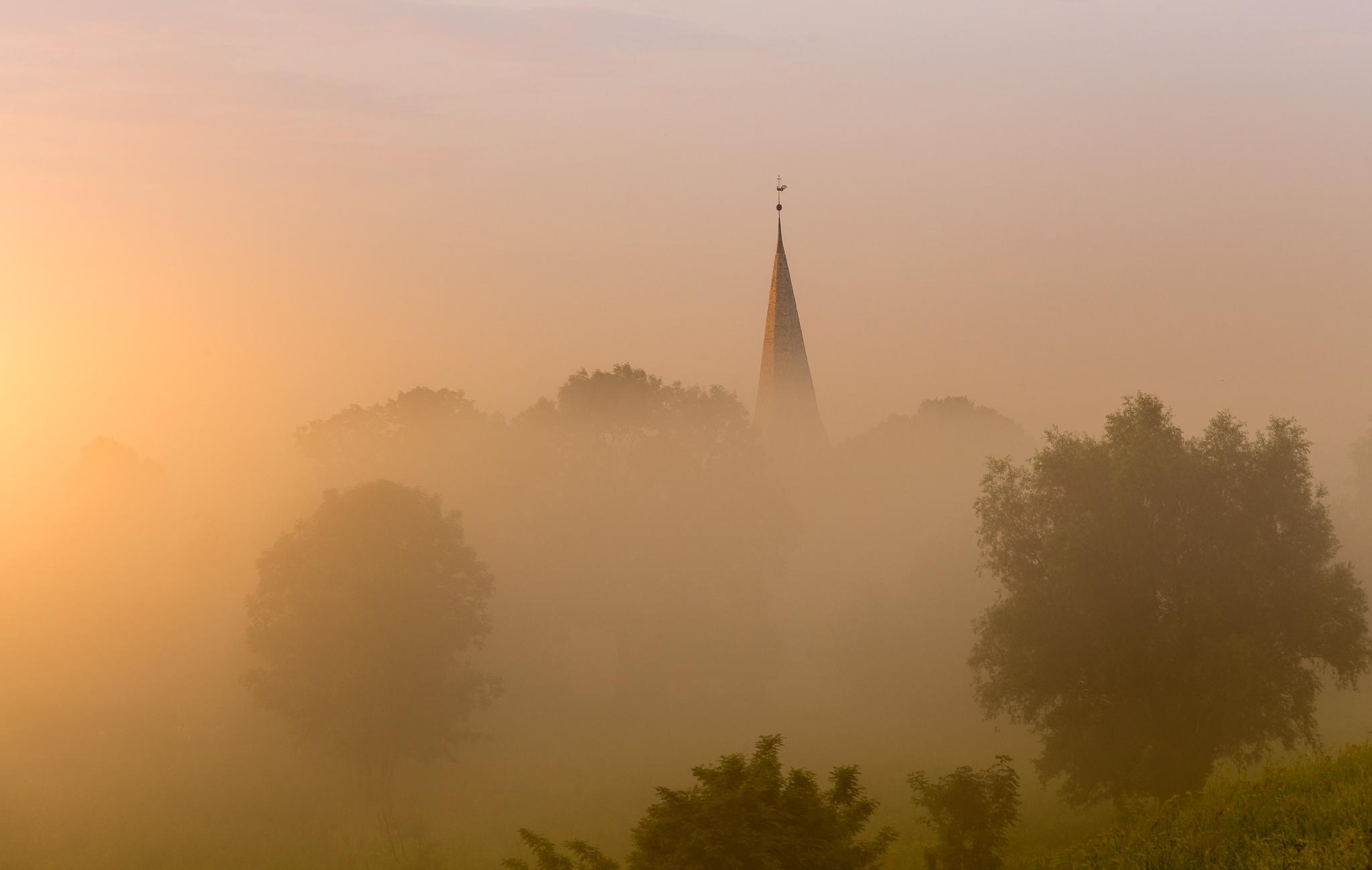 Kościołek wyłania się z mgły